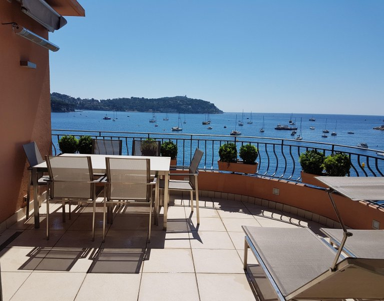 Luxury Sea Fronted Apartment With Large Terrace, Ferienwohnung in Villefranche-sur-Mer