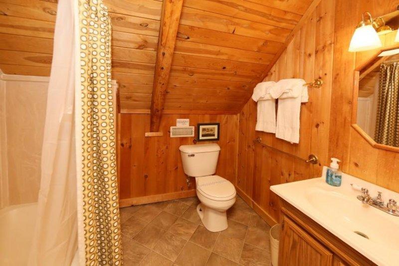 Al piano superiore bagno completo