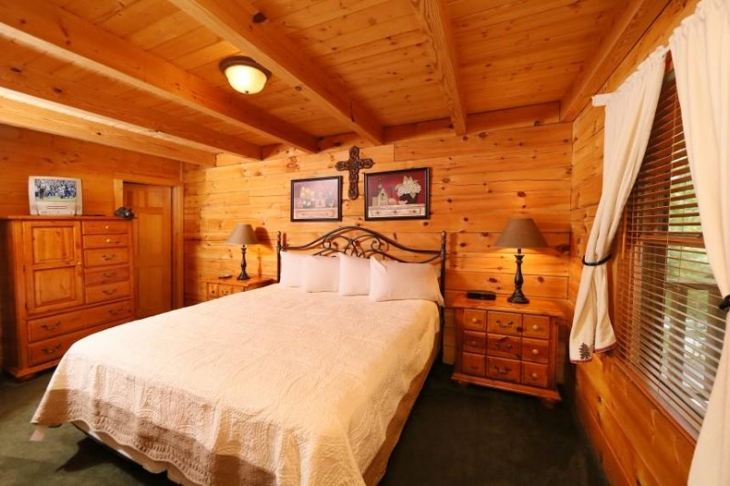 Entréplan sovrum med dubbelsäng