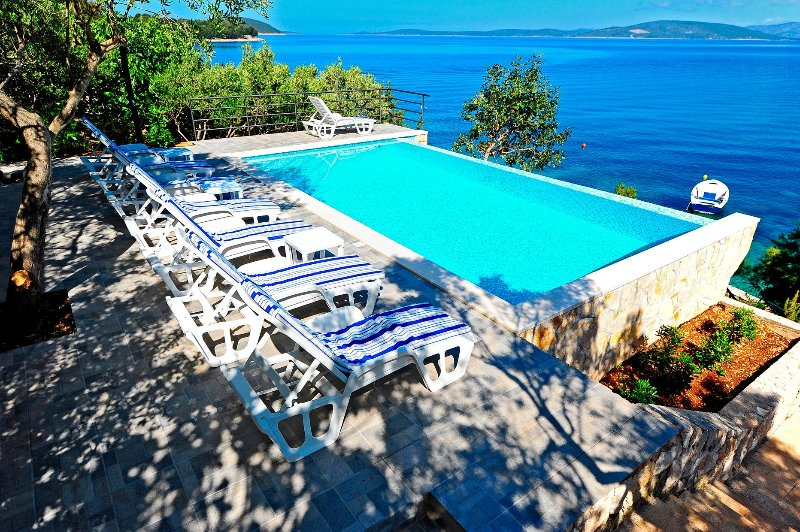 Villa Jadre with swimming pool and private beach near Split, holiday rental in Solta Island