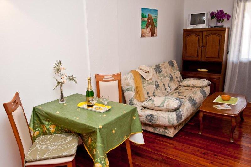 A3 prvi kat do ulice (2+1): dining room
