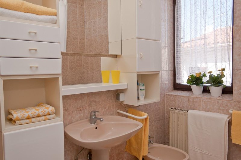 A4 prvi kat do vrta (4): bathroom with toilet
