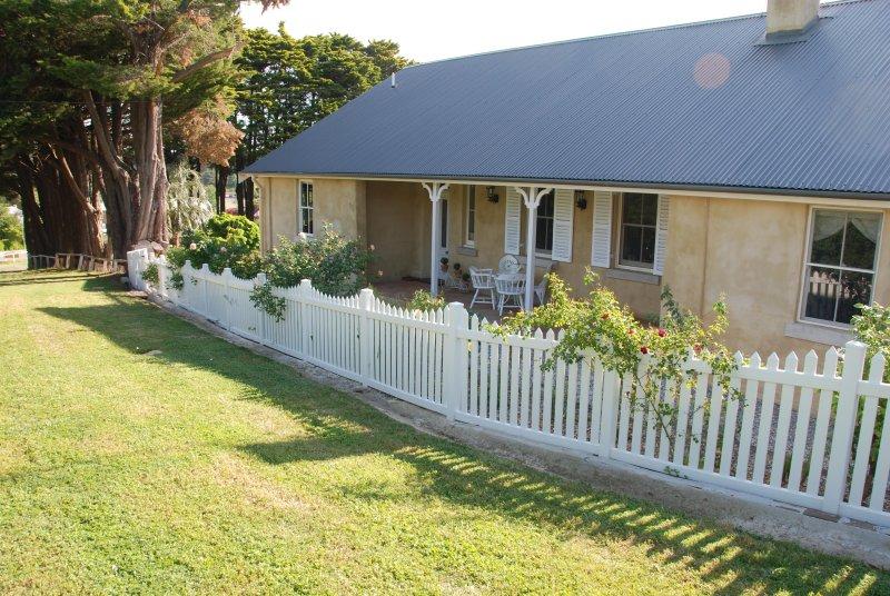 Hillside Cottage... a beautiful 1843 cottage with 3 ensuite bedrooms. (Sleeps 8), alquiler vacacional en Berrima