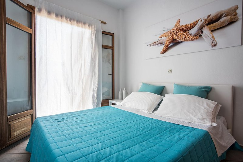 Suite with Seaview and exclusive Garden Naoussa, holiday rental in Naoussa