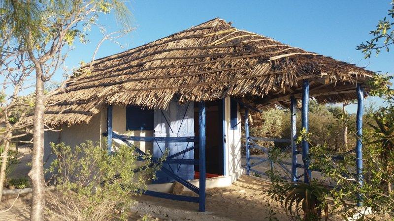 Bungalow au bord du lagon, literie neuve avec petit-déjeuner continental., holiday rental in Madagascar