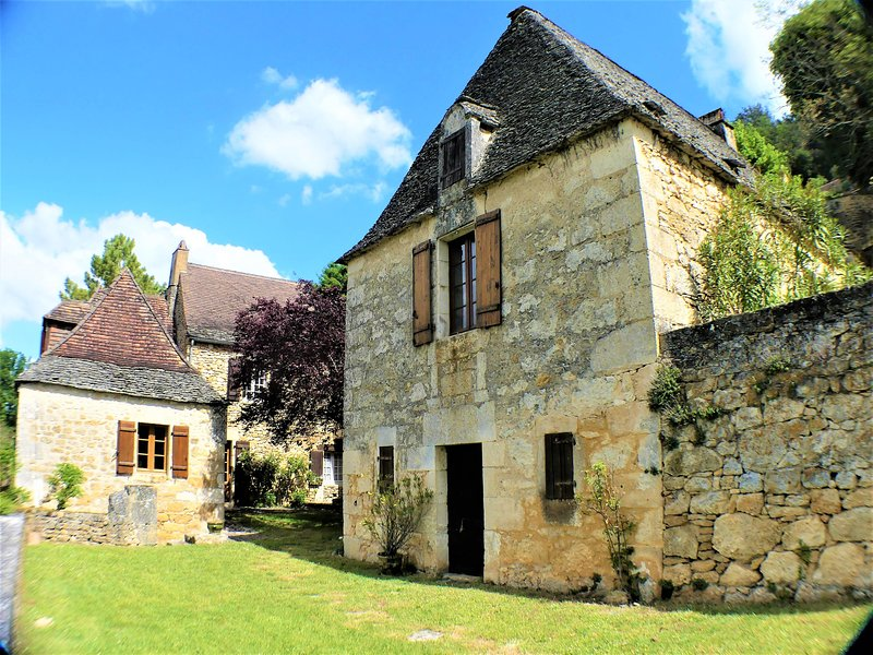 LA REDONDE: FAMILY STONE PROPERTY & POOL WITH PANORAMIC VIEWS OVER THE DORDOGNE, vacation rental in Saint-Vincent-de-Cosse