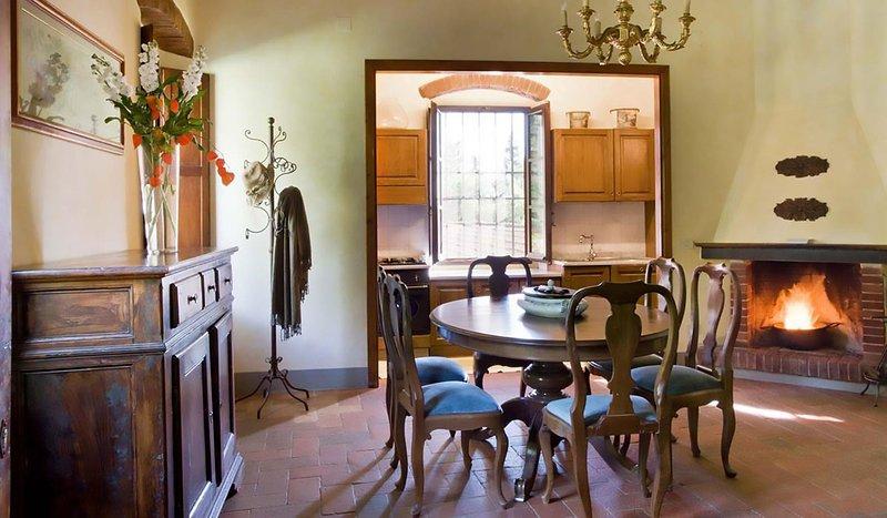 woonkamer met openhaard en eethoek