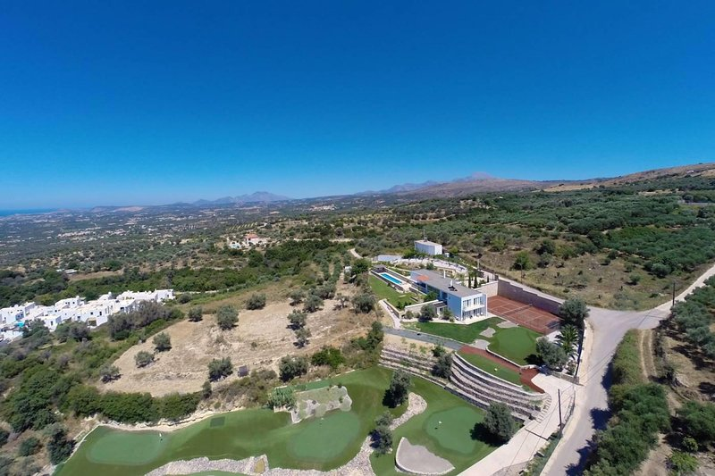 Villa Barbera with 6 Hole-Golf, Tennis and Basketball Courts near Rethymno, location de vacances à Maroulas