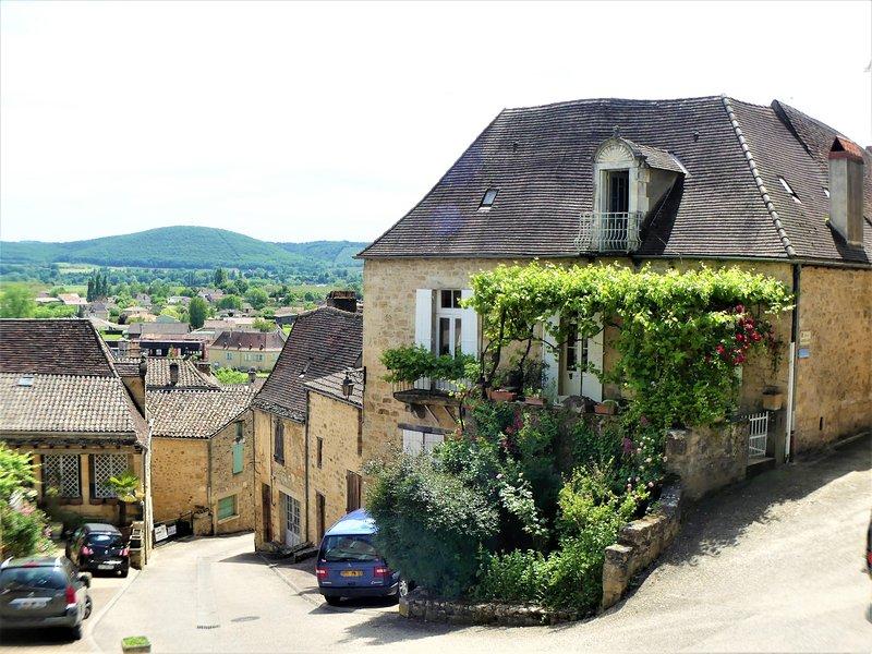 RUE DU LION: XVIII century stone village house & lovely terrasse close to Sarlat, casa vacanza a Saint-Cyprien