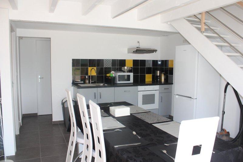 Salón con lavavajillas, horno, frigorífico y congelador, lavavajillas
