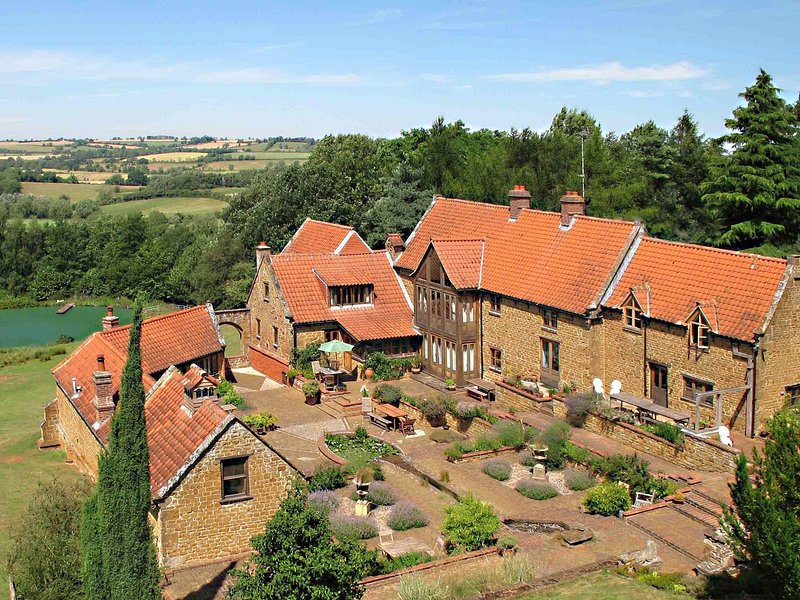 Heath Farm Holiday Cottages (5), stunning views in idyllic Cotswold setting., casa vacanza a Great Tew