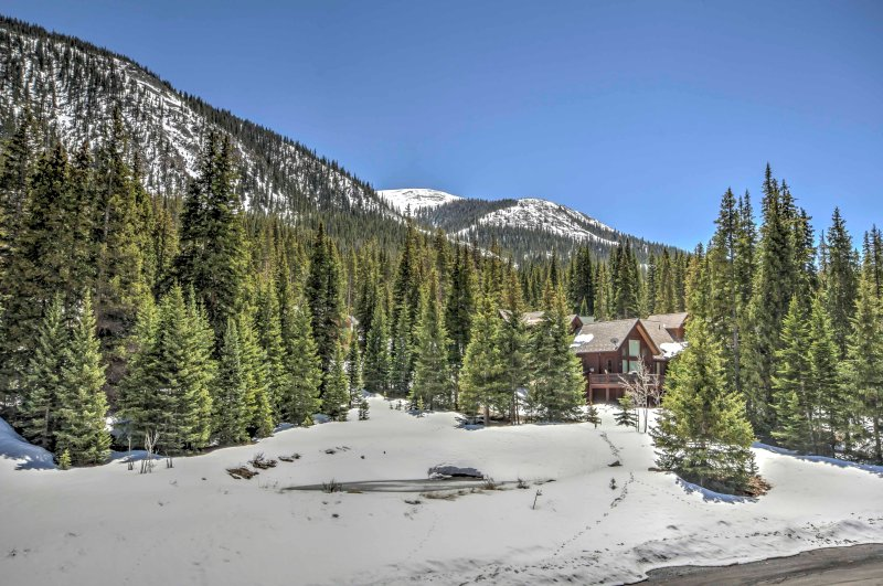 Blue River Condo w/ Mtn Views, < 8Mi to Breck Ski!, location de vacances à Breckenridge