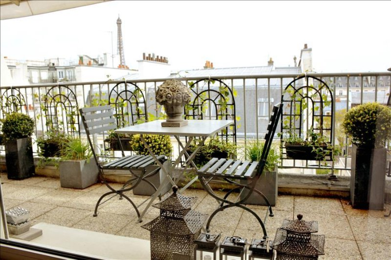 Luxury 2BR with Terrace & View of Eiffel Tower, location de vacances à Neuilly-sur-Seine