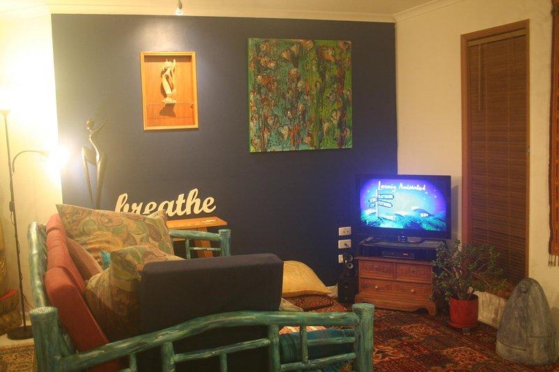 confortable lit de jour de style balinais et une sélection de DVD inspirés