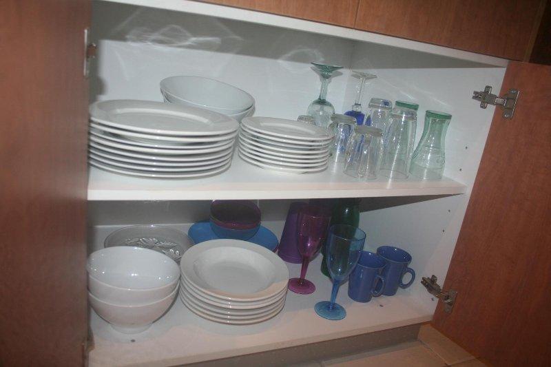 vaisselle, ustensiles, casseroles et poêles inclus