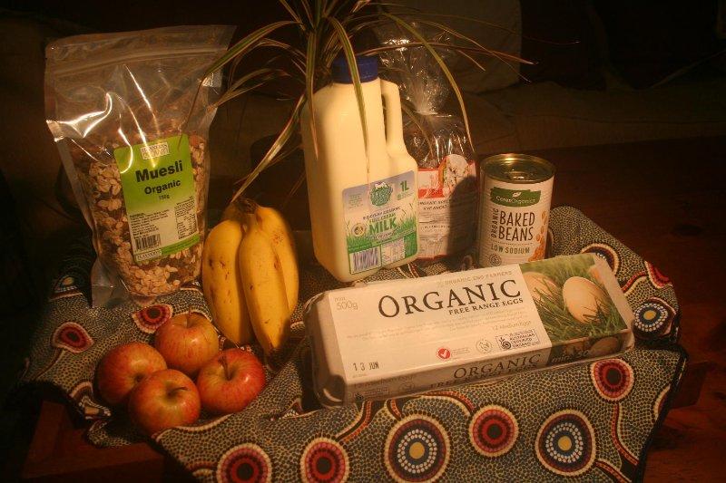 aliments petit-déjeuner bio comprennent des œufs, du pain, muesli, mil, des haricots cuits au four et des fruits. sans produits chimiques.