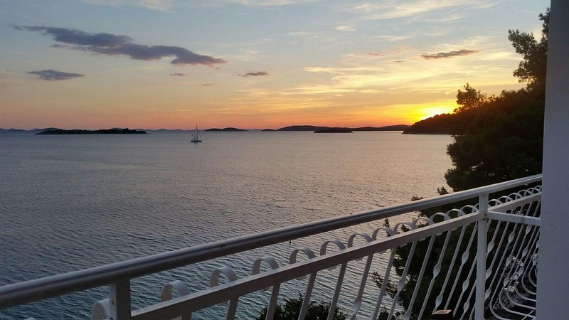 Apartment with outstanding sea views in charming historic Croatian village, location de vacances à Zirje Island