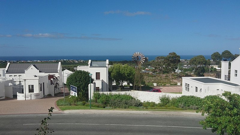 Modern ,Sea Views and Mountain Views in up market area, alquiler vacacional en Hermanus