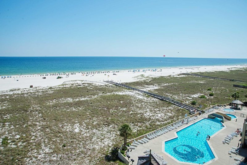 East corner condo ~ Gulf Front ~ 3 Bedroom ~ Sleeps 10 ~ Great Amenties, location de vacances à Orange Beach