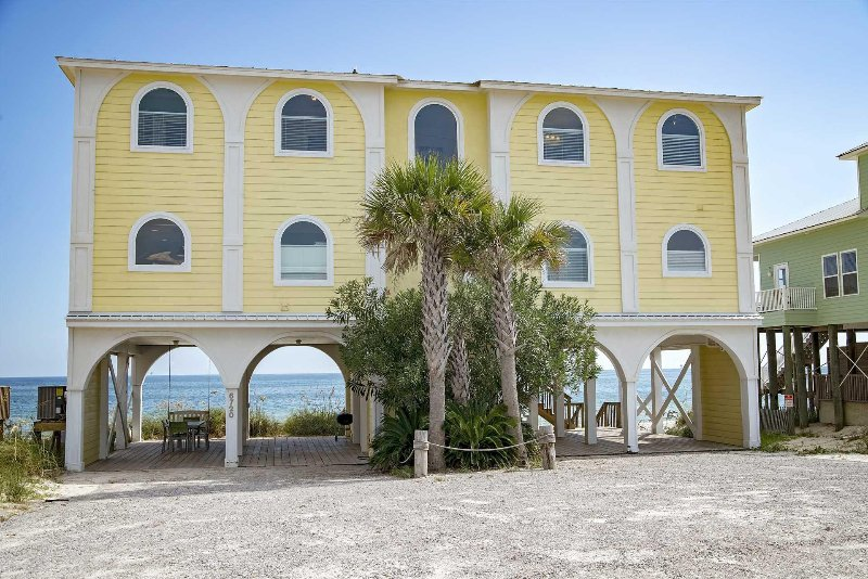 6 BR ~ Gulf Front ~ Sleeps up to 18 ~ Beach Stop 2, holiday rental in Gasque