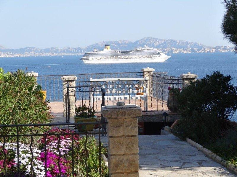 Maison tout confort front de mer vue panoramique extraordinaire, holiday rental in Marignane