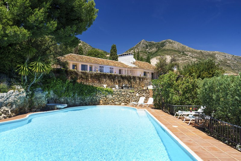 Luxury Holiday Villa * Heated Pool * 25 m Outdoor Pool * Sea and Mountain Views, holiday rental in Benalmadena
