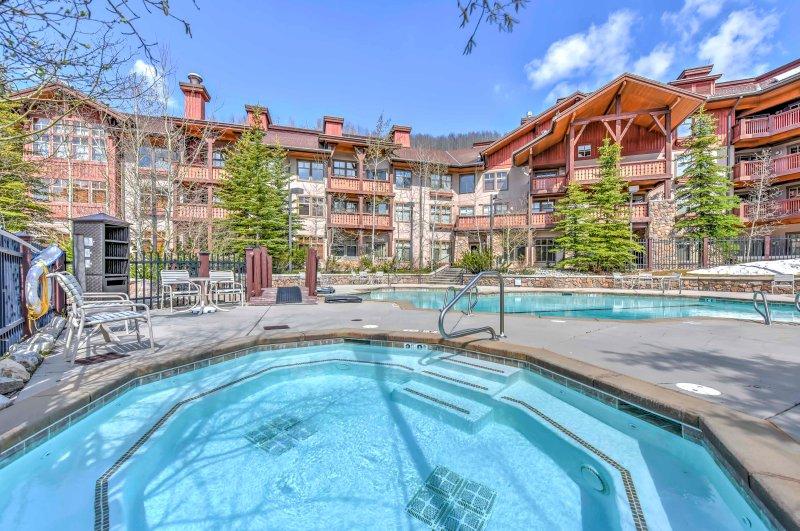Vapor en jacuzzis y sumérjase en las piscinas de este increíble resort.