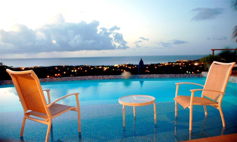 La piscina VDM 'playa' al atardecer.