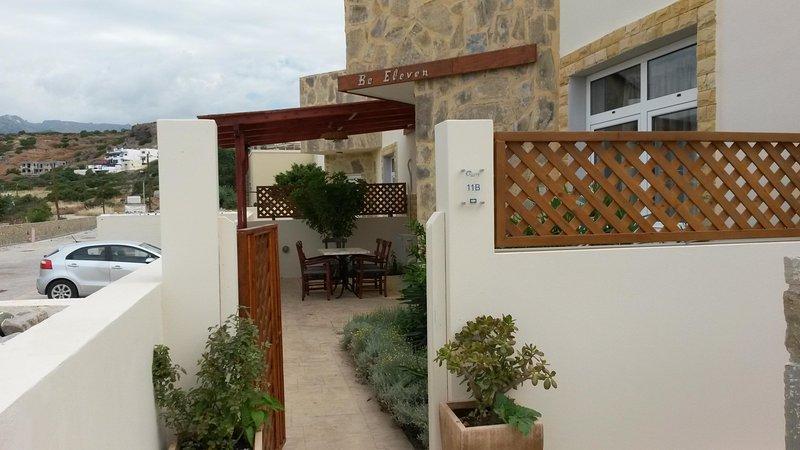 ingresso lato mare della villa con il posto pranzo esterna.