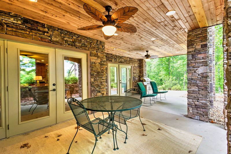 An epic South Carolina retreat awaits you at this  3-bedroom, 4.5-bathroom West Union vacation rental townhome that comfortably sleeps 8.