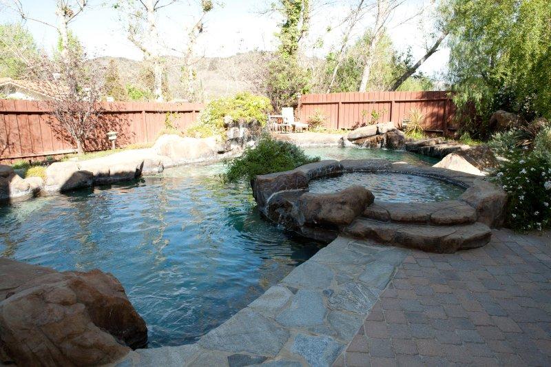 Exótica piscina de cascada múltiple Roca Gruta