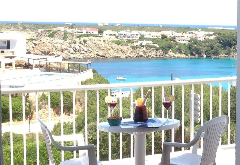 Acogedor apartamento con estupendas vistas al mar en Arenal d'en Castell, location de vacances à Arenal d'en Castell