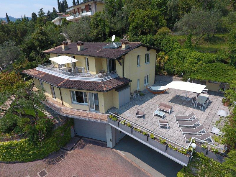 Villa Elvira - immersa nel verde con splendida vista lago, holiday rental in Gardone Riviera
