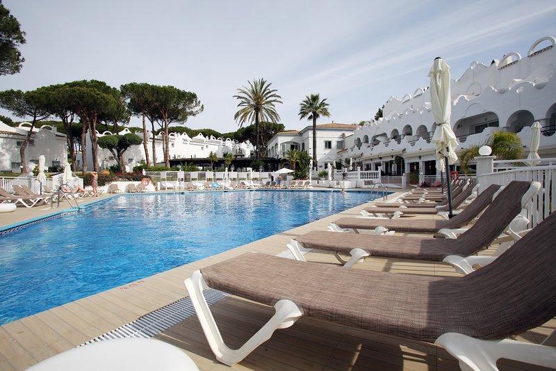 ALQUILER CASA ADOSADA,ZONA PRIVILEGIADA,SERVICIO SEGURIDAD, vacation rental in Marbella