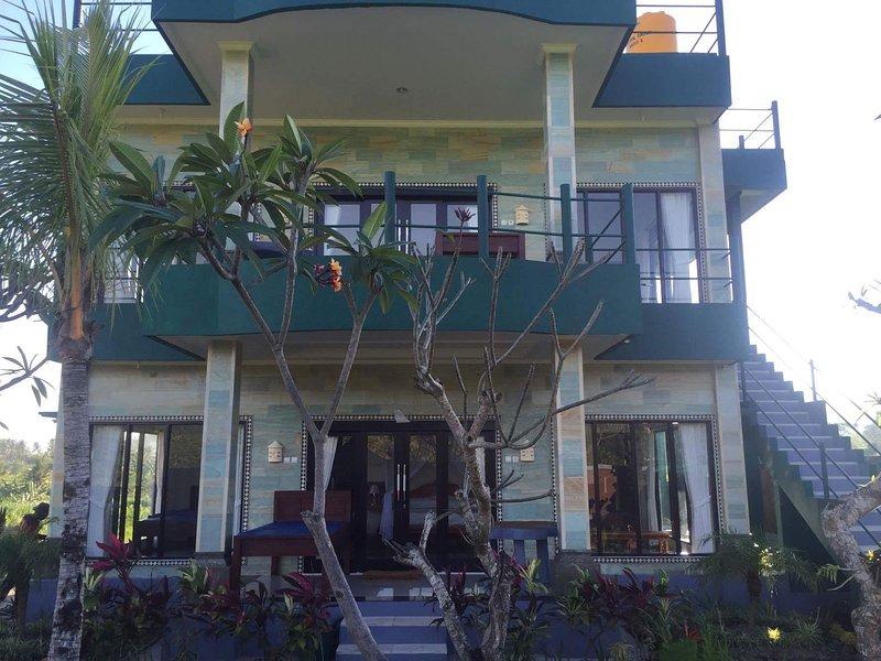 Façade de la maison, avec les terrasses des deux chambres d'hôtes