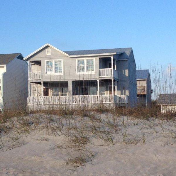 En regardant la maison des dunes. Le côté droit de la maison est la maison de ville de vacances.