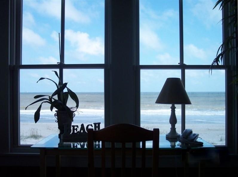 Vue de l'océan à l'intérieur de la maison.
