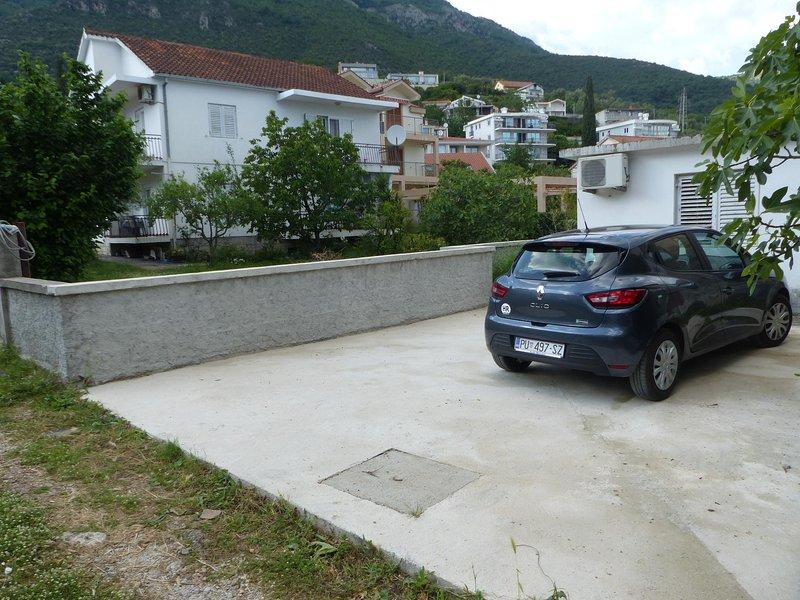 Numéroté place de parking à côté de l'appartement.