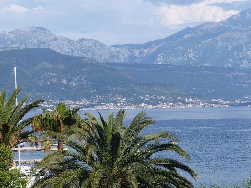 Vue sur le port de plaisance méga-yacht Porto Montenegro à Tivat. Photo prise depuis le balcon principal.