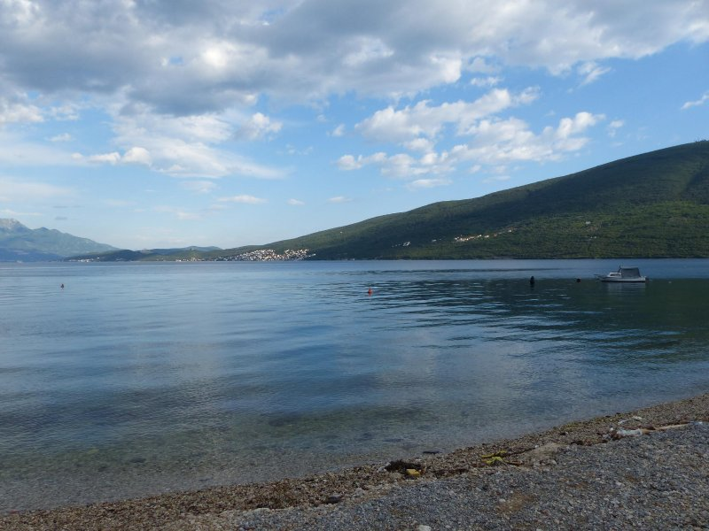 eaux bleues claires de la belle petite plage à seulement 50 mètres.
