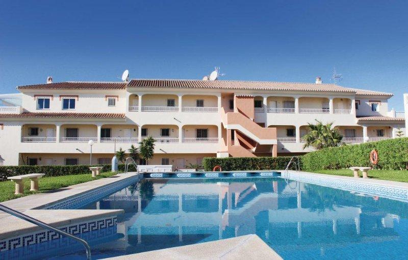 Bonito apartamento con vistas al mar y montaña cerca de Nerja y sus acantilados, holiday rental in Torrox