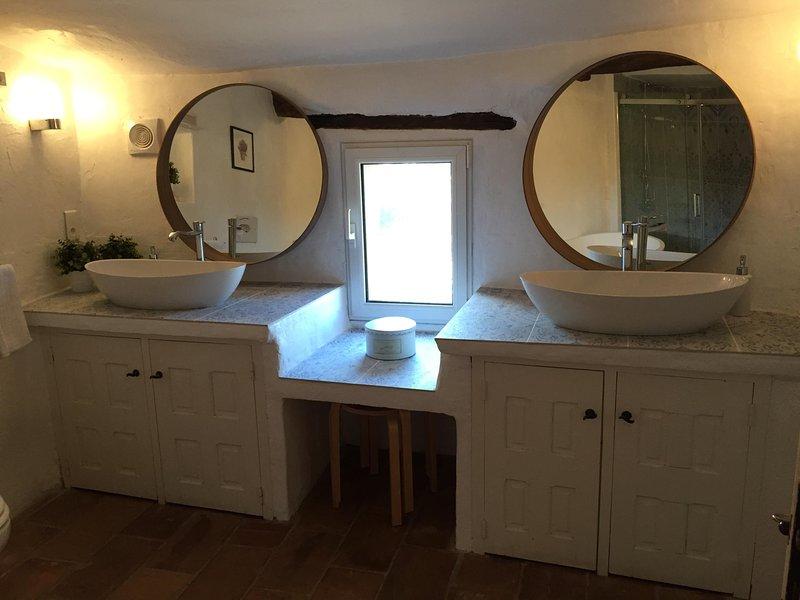Principale bagno-dotato di doccia, bagno, WC, doppio lavandino e un servizio lavanderia