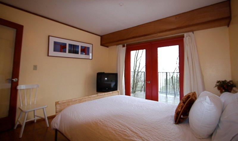 'Sun room', Queen bed, deck access, Views!