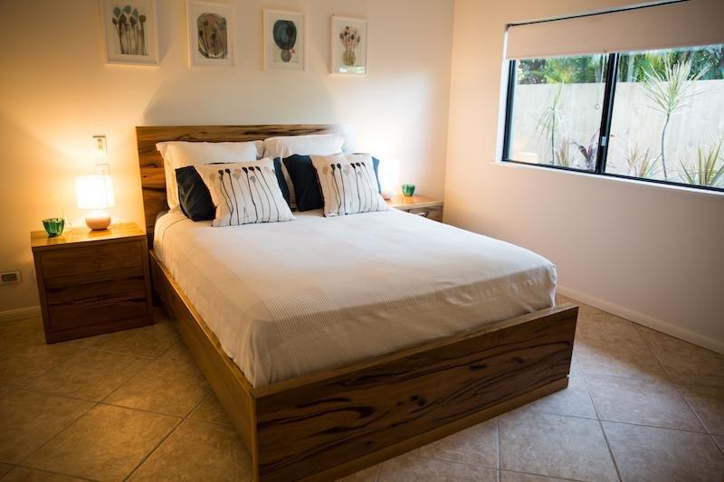 Camera 3, letto matrimoniale con bagno privato e passeggiata in accappatoio (inutilmente per 6-8 ospiti)