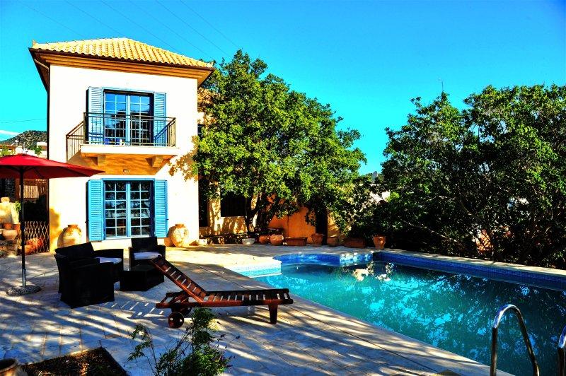 Elegant MEDiterranean Villa with Pool and Sea View, location de vacances à Agios Nikolaos