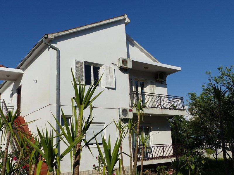 Appartement en prenant le dernier étage de cette villa privée, juste en retrait de la route côtière.