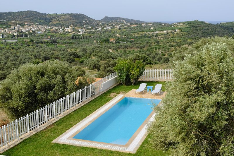 Lovely villa Aspruga for family getaways heated swimming pool&amazing view, holiday rental in Pitsidia