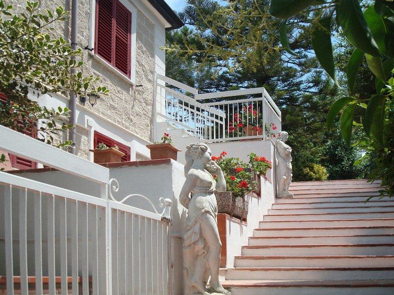 Ein Appartement zum Wohlfühlen mit Panoramablick auf Meer und Berge, holiday rental in Vatolla