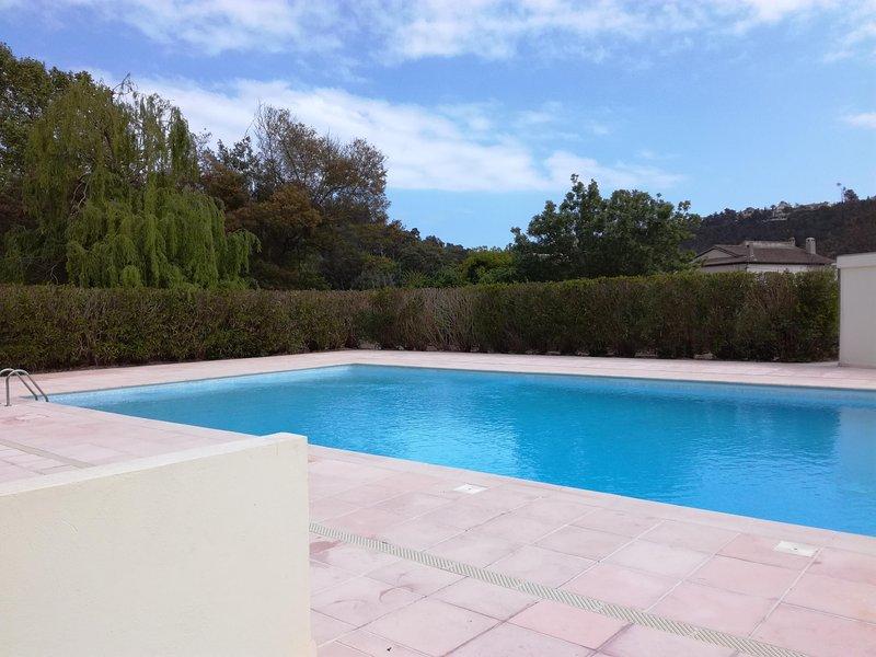 2P apartamento con piscina en un tranquilo y verde.
