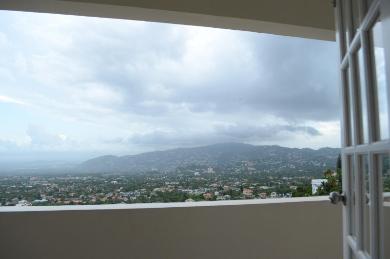 CITY RETREAT: 3BR, VIEW, POOL, WIFI, CABLE, vakantiewoning in Kingston